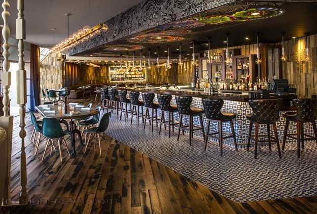 Дизайн барной стойки в интерьере ресторана отеля в американском стиле ретро