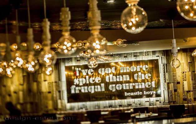 Дизайн люстр в интерьере ресторана отеля в американском стиле ретро