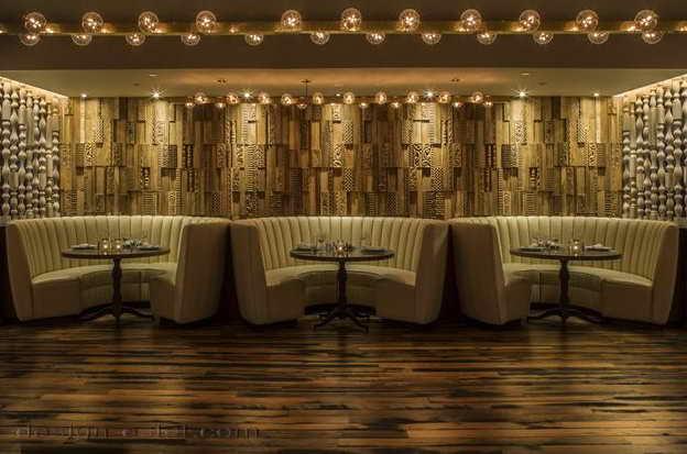 Дизайн интерьера ресторана отеля с деревянными панелями в американском стиле ретро