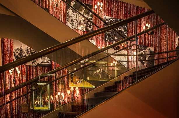 Дизайн лестницы в интерьере отеля в стиле американского ретро