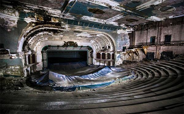 Фото сцены самых красивых заброшенных театров в мире - покинутые места