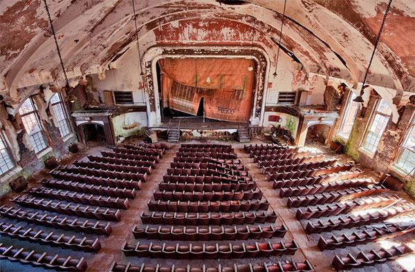 Самые красивые фото заброшенных театров в мире - покинутые места