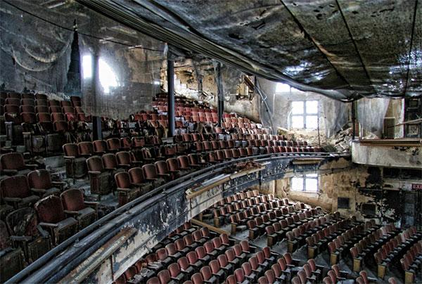 Фото заброшенного красивого места - покинутый театр
