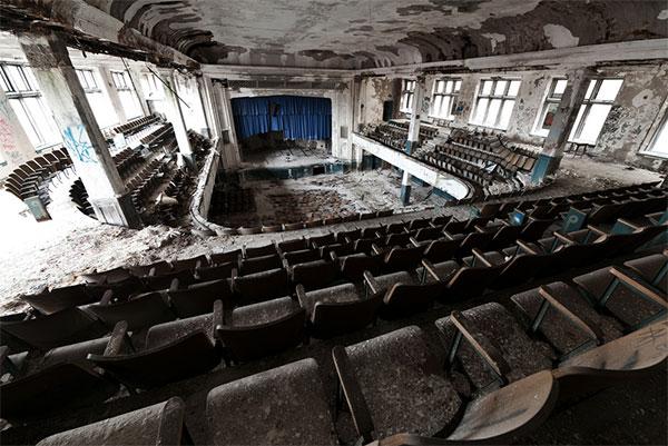 Фото зрительного зала покинутого театра - интерьеры самых красивых заброшенных мест планеты