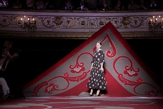Коллекция платьев от Ульяны Сергеенко - оформление подиума 2012 года