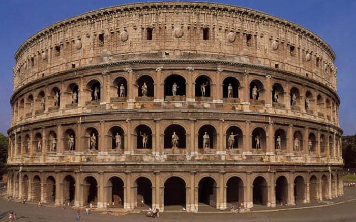 Фото арочных пролетов со статуями в Колизее Древнего Рима