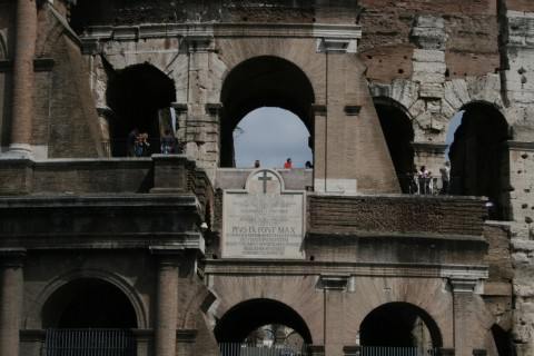Фото арок Древнего Колизея в Риме