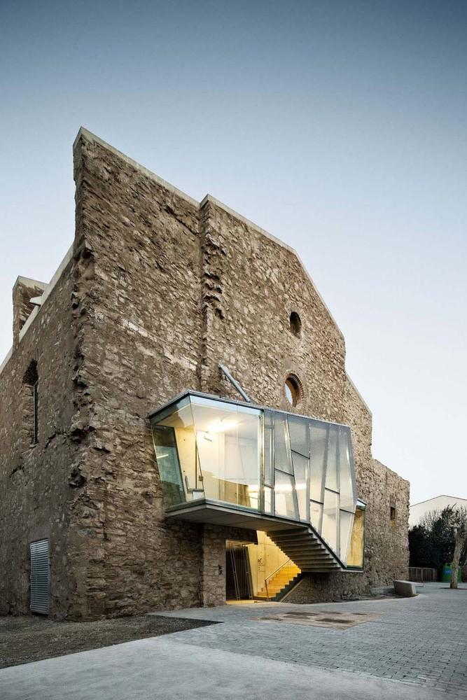 Реконструкция фасада старого здания монастыря на территории Европы