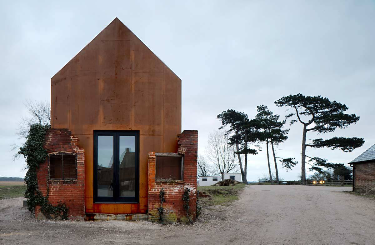Реконструкция старого здания с мансардой в Европе
