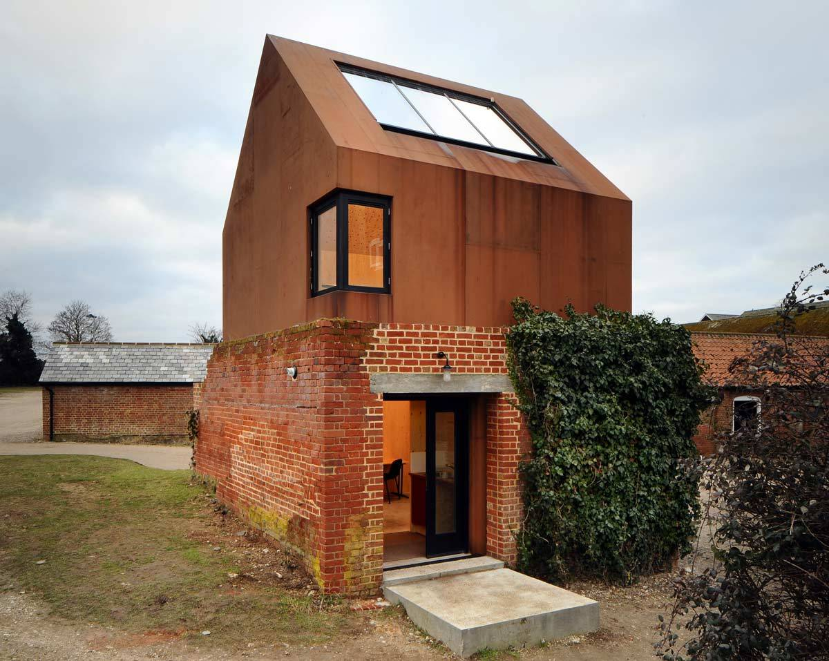 Реконструкция старого кирпичного здания в Европе с помощью кортеновской стали