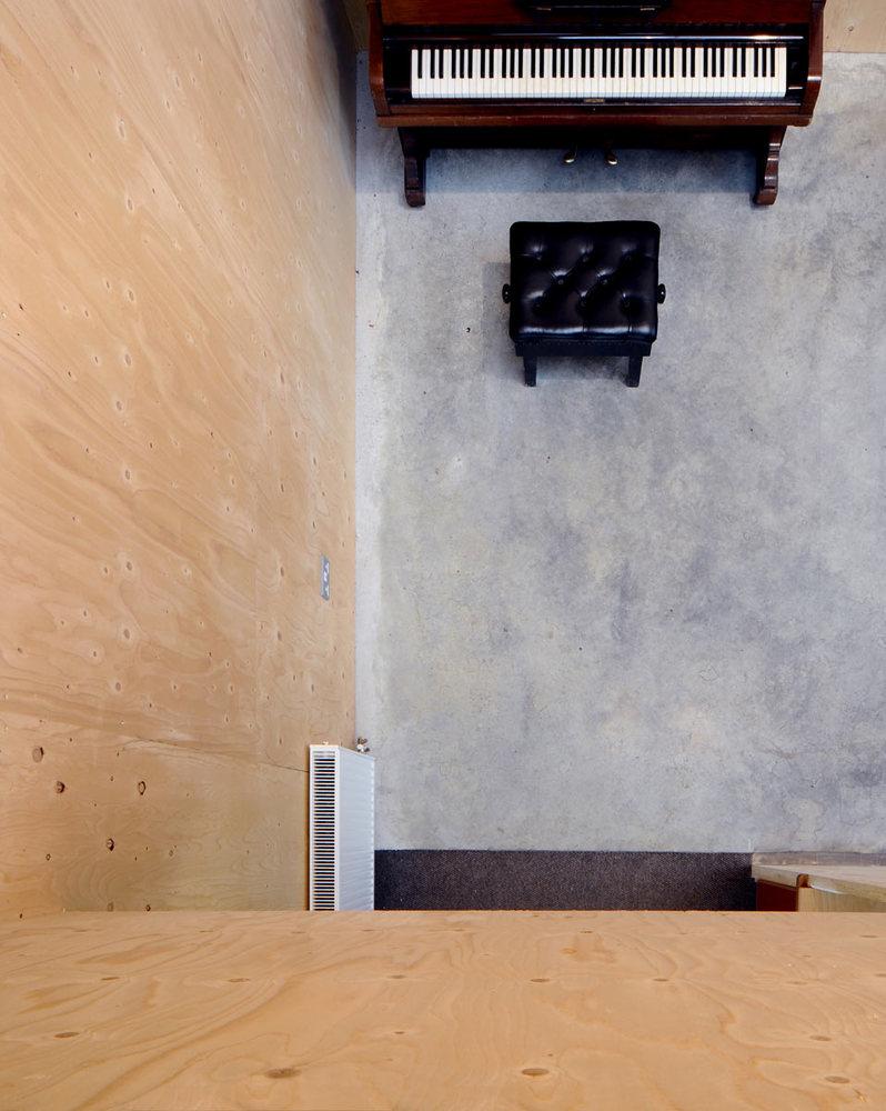 Фанера в реконструкция интерьера старого кирпичного здания в Европе