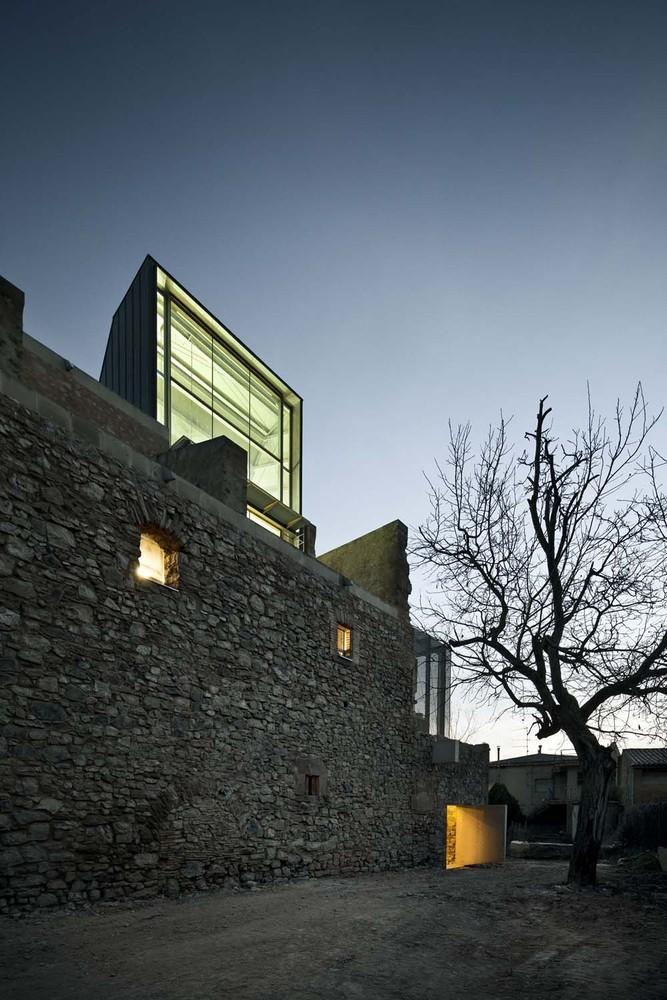 Реконструкция старого каменного здания монастыря в Европе