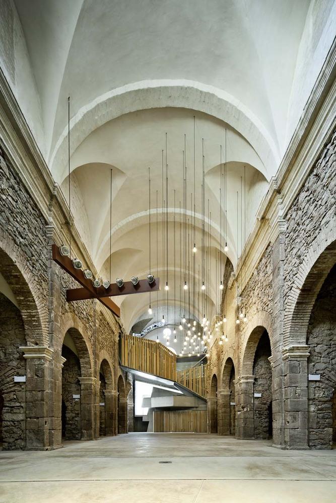 Реконструкция внутренних помещений старого здания монастыря в Европе