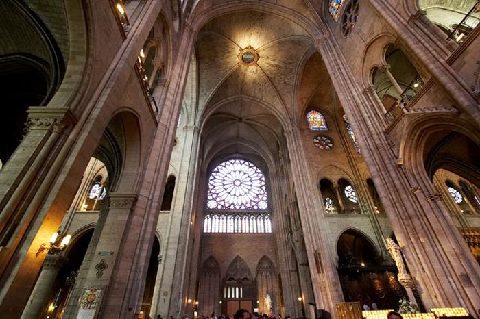 Готические витражи в архитектуре собора Нотр Дам де Пари