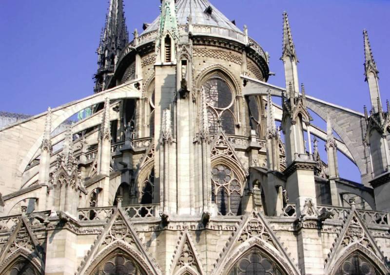 Стрельчатые арки и окна собора Парижской Богоматери во Франции