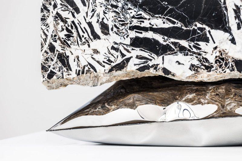 Круглый журнальный столик с каменной столешницей из мрамора