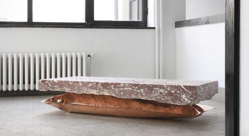 Дизайнерский журнальный столик с мраморной столешницей и металлическим основанием